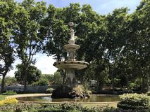 Sommerlandschaft mit Brunnen, Himmel und Bäumen in Barcelona-Zoo lizenzfreie stockfotografie