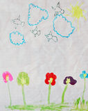 Sommerlandschaft mit der Sonne, den Wolken, den Vögeln und den Blumen Lizenzfreies Stockfoto