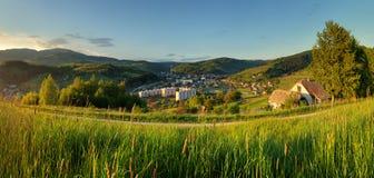 Sommerlandschaft mit Dorf, Slowakei Lizenzfreie Stockfotografie