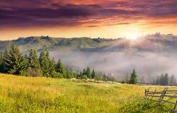 Sommerlandschaft mit einem Bergdorf Stockbilder