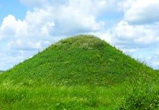 Sommerlandschaft mit einem Hügel Lizenzfreies Stockfoto