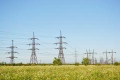 Sommerlandschaft mit Elektrizitätsgondelstielen Stockfotos