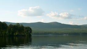 Sommerlandschaft mit Fluss, bewölkter Himmel, Wald und Sonne timelapse Sommerlandschaft mit Zeitspanne des Flusses und des blauen Stockbild