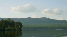 Sommerlandschaft mit Fluss, bewölkter Himmel, Wald und Sonne timelapse Sommerlandschaft mit Zeitspanne des Flusses und des blauen Stockbilder