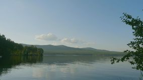 Sommerlandschaft mit Fluss, bewölkter Himmel, Wald und Sonne timelapse Sommerlandschaft mit Zeitspanne des Flusses und des blauen Stockfotografie