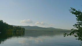 Sommerlandschaft mit Fluss, bewölkter Himmel, Wald und Sonne timelapse Sommerlandschaft mit Zeitspanne des Flusses und des blauen Stockfotos