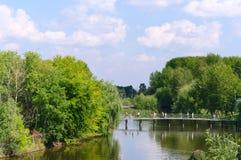Sommerlandschaft mit Fluss und Brücke. Russland Lizenzfreies Stockfoto