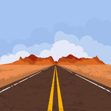Sommerlandschaft mit leerer Straße und blauem Himmel Lizenzfreies Stockfoto