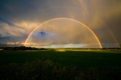Sommerlandschaft mit Regenbogen Lizenzfreies Stockfoto