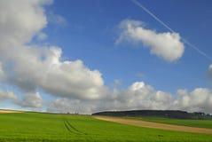 Sommerlandschaft unter Himmel lizenzfreies stockfoto