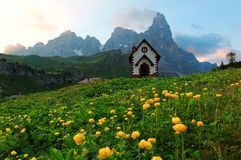 Sommerlandschaft von Dolomit mit Ansicht einer reizenden Kirche an den Vorbergen schroffen Bergspitzen Cimon-della Pala lizenzfreie stockbilder