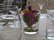 Sommerliche bedeckte Tabelle Stockfotografie