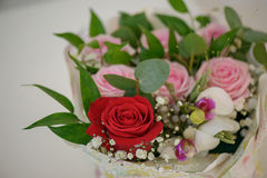 Sommerlicher Hochzeitsblumenstrauß exzentrisch, mit Fokus auf der einzelnen Rotrose Stockfotos
