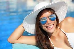 Sommermädchen, das durch Pool lächelt Stockbild