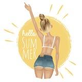 Sommermädchen in der kurzen Jeanshose und Bikini auf dem Hintergrund der Sonne Stockbild