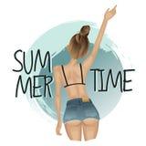 Sommermädchen in der kurzen Jeanshose und Bikini auf dem Hintergrund der Welle Lizenzfreie Stockfotos