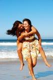 Sommermädchen, die im Meer spielen Stockfoto