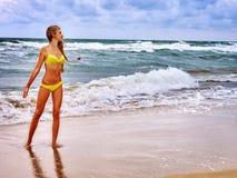 Sommermädchenmeer im gelben Badeanzug Lizenzfreies Stockfoto