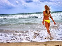 Sommermädchenmeer im gelben Badeanzug Lizenzfreie Stockfotografie