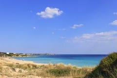 Sommermeerblick, Apulien-Küste: Marina di Lizzano-Strand Taranto Im Vordergrund scheuern sich die Dünen mit üppigem Mittelmeer lizenzfreie stockfotos