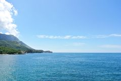 Sommermeerblick - blaues adriatisches Meer an einem sonnigen Tag Lizenzfreies Stockbild