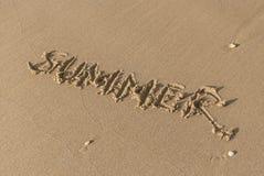 Sommermitteilung auf dem Strandsand Stockfotografie