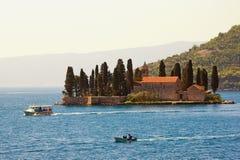 Sommermittelmeerlandschaft Montenegro, Ansicht der Bucht von Insel Kotor und St George Stockfoto