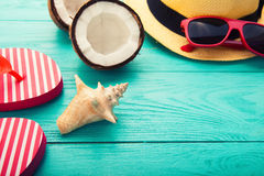 Sommermode-accessoires auf blauem hölzernem Hintergrund Selektiver Fokus Makro Stockbild