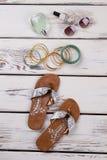 Sommermode-accessoires auf Schaukasten Stockfotos