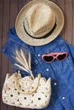 Sommermode-accessoires mit Handtasche und Sonnenbrille Stockbild