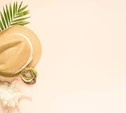 Sommermode, Sommerausstattung auf Sahnehintergrund Muschel, hölzernes Armband und Strohhut Flache Lage, Draufsicht stockfotos