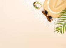 Sommermode, Sommermaterial auf Sahnehintergrund Weißes Spitzekleid, Retro- Sonnenbrille, hölzernes Armband und Strohhut Flache La stockfotos