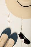 Sommermodesatz Frauen ` s Hut, Ballettebenen und Sonnenbrille Stockfotografie