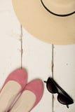 Sommermodesatz Frauen ` s Hut, Ballettebenen und Sonnenbrille Stockbild