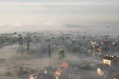 Sommermorgennebel über der Stadt Lizenzfreie Stockfotografie