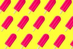 Sommermuster des rosa Eises am Stiel auf einem gelben Hintergrund Stockbild