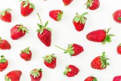 Sommermuster gemacht von den süßen Erdbeeren auf weißem Hintergrund Flache Lage Beschneidungspfad eingeschlossen Stockbild