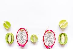 Sommermuster mit Draufsichtspott des Hintergrundes der Kiwi und des pitaya weißem oben Lizenzfreie Stockbilder