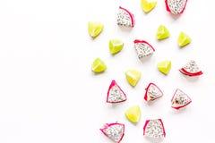 Sommermuster mit Draufsichtspott des Hintergrundes der Kiwi und des pitaya weißem oben Lizenzfreie Stockfotografie