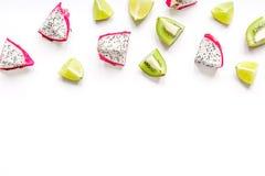 Sommermuster mit Draufsichtspott des Hintergrundes der Kiwi und des pitaya weißem oben Lizenzfreies Stockfoto