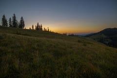 Sommernacht nach Sonnenuntergang in den Karpaten Lizenzfreies Stockfoto