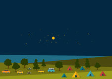Sommernachtfestival, Parteimusikplakat, Hintergrund mit Farbflaggen und Retro- Autos, Packwagen, Busse und Zeltfeld Lizenzfreie Stockfotos