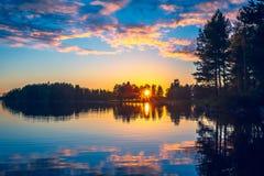 Sommernachtsonnenuntergang von Sotkamo, Finnland stockfoto