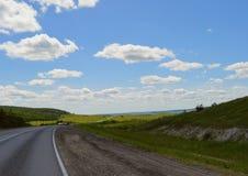 Sommernebeltag-timelapse Zeitspanne-Luft der roadsummer Tages-Wald-Feldwolkensonnenuntergangreise Sturmansicht cloudscape weath d Lizenzfreies Stockbild