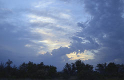 Sommernebeltag-timelapse Zeitspanne-Luft der Wolkensonnenuntergangreise Sturmansicht cloudscape Wettersonnen-Gebirgshimmel der be Stockbild