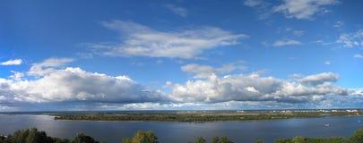 Sommerpanorama des russischen Flusses Lizenzfreie Stockfotos