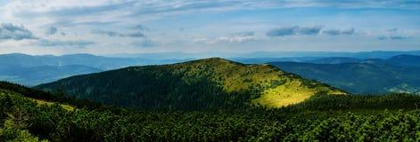 Sommerpanorama von polnischen Bergen stockfoto