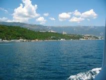 Sommerpanorama von Süd-Krim vom Meer Stockbilder