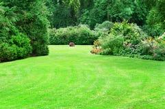 Sommerpark mit schönen grünen Rasen Lizenzfreie Stockbilder