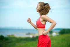 Sommerparklandstraße der jungen Frau laufende Stockfoto